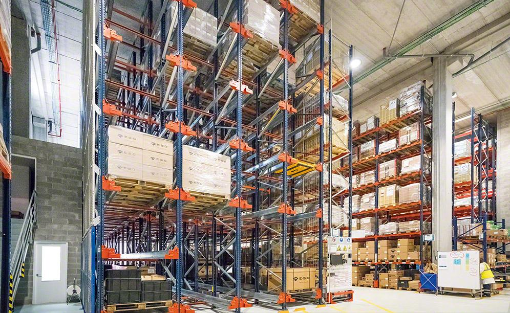 Mecalux equipped the facility with the high-density Pallet Shuttle system, two blocks of Movirack mobile racks and pallet racking