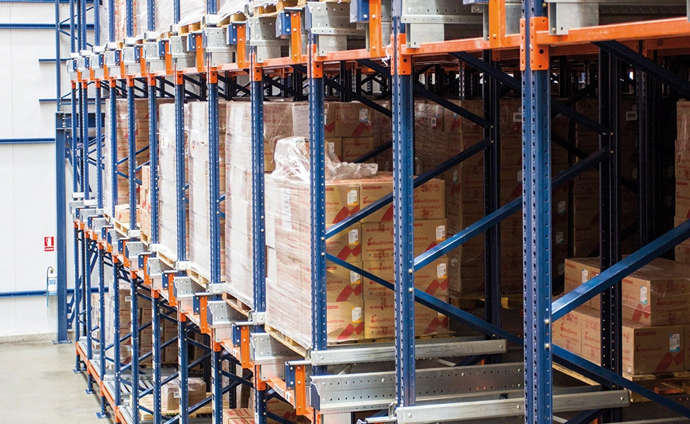 Mecalux has built a clad-rack warehouse with the semi-automatic Pallet Shuttle system for Medifarma