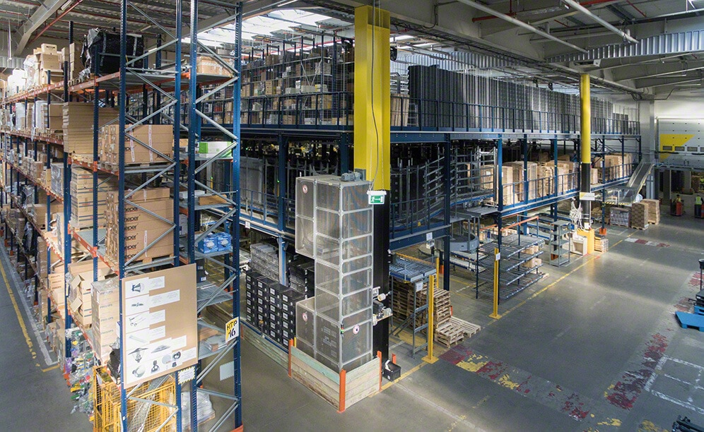 3LP S.A. has a huge logistics centre with a 35,000 pallet capacity. Here Mecalux has supplied pallet racking, live storage racks, a mezzanine and a picking block with three walkway levels