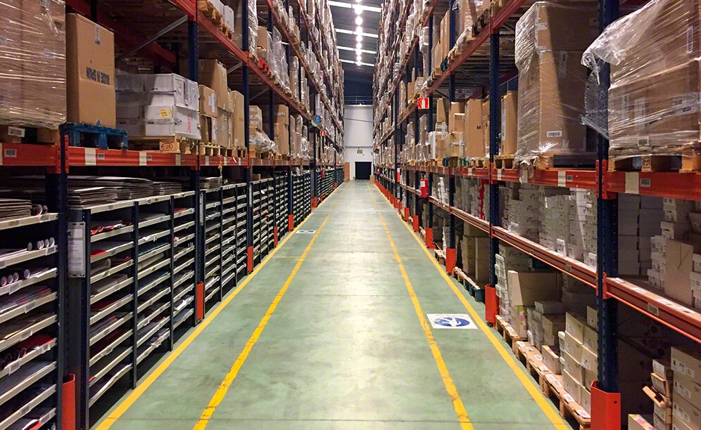 Mecalux has equipped the Eralogistics warehouse with pallet racking and racking with walkways