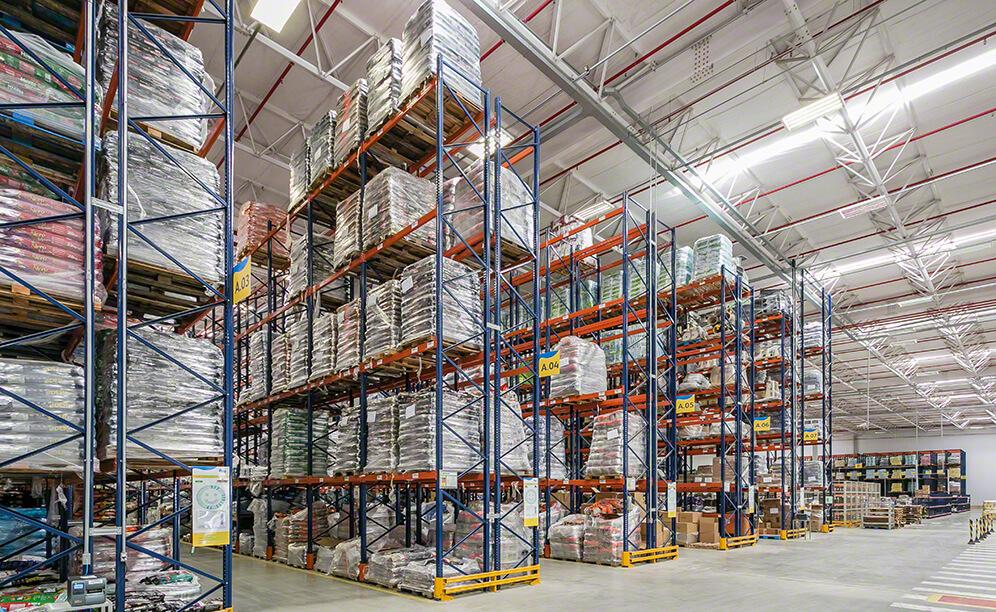 With a height of 9.5 m, the pallet racks in this area can store 3,808 pallets