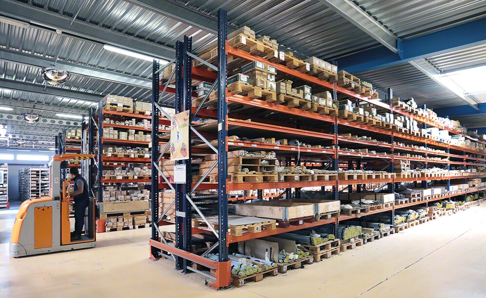 Pallet racking, drive-in pallet racks, mobile racks for pallets and picking, come together in the Société Provençale de Boulonnerie (SPB)