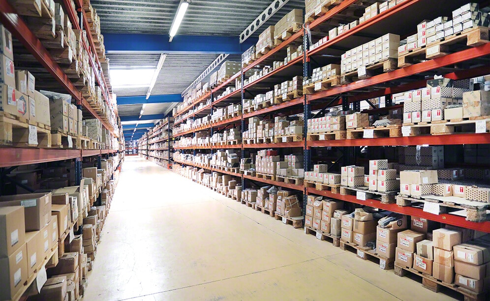 In the pallet racks for pallets and picking, orders are prepared directly from pallets or from the boxes deposited on the shelves