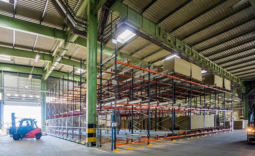 This 312 m² block is filled with 7 m high racks and 21, 2.5 m wide channels