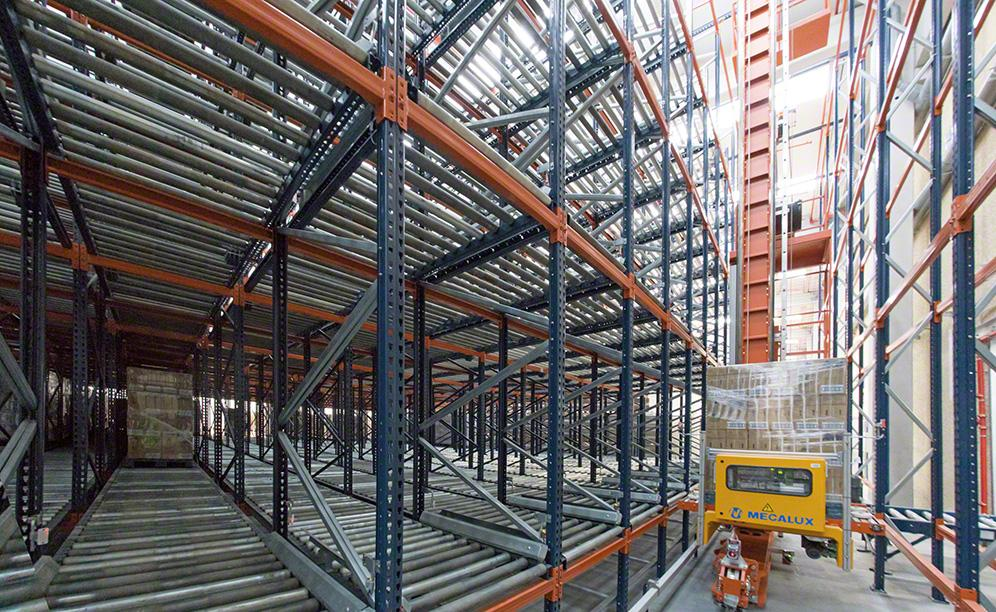 Live racking hold chemical products and operated by a stacker crane