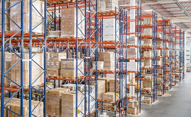 The Magazine Luiza warehouse includes 15 blocks of double-deep pallet racks letting more than 15,300 pallets