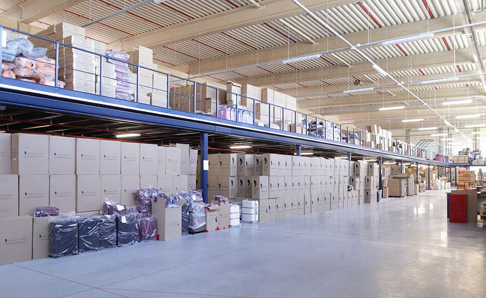 The mezzanine floor installed in the warehouse covers a surface area of 3,000 m²