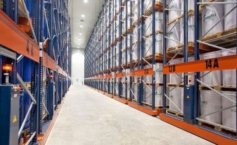 How to store 11,000 pallets of unusual dimensions in 4,400 m² thanks to the mobile racking from Mecalux