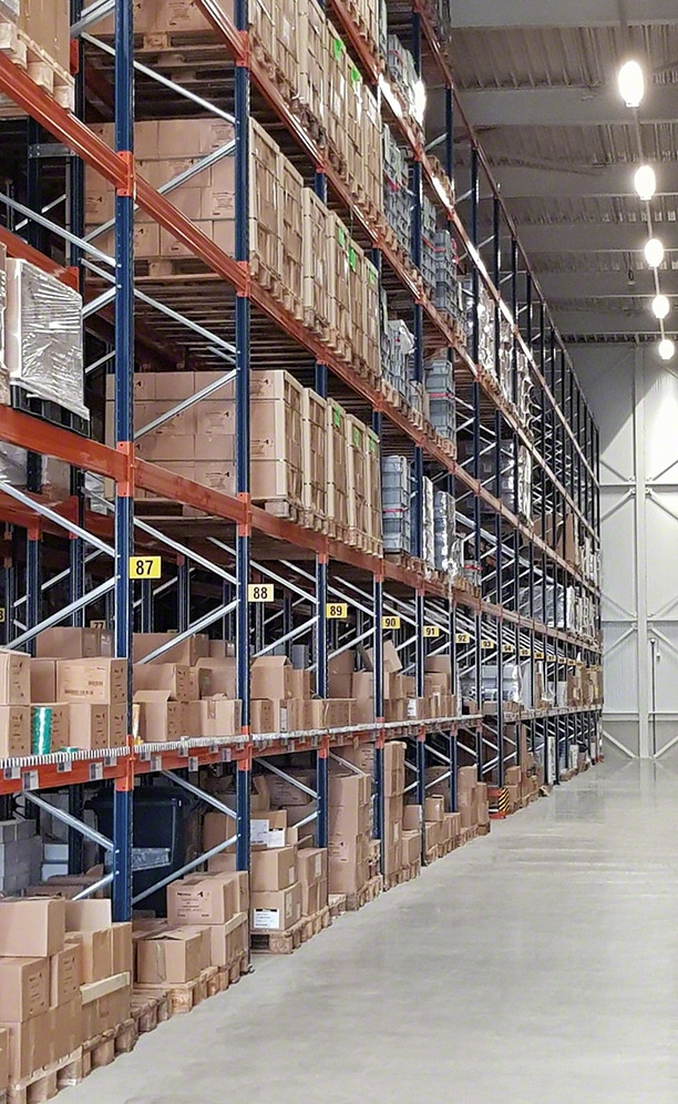The pallet racks are 8.5 m high