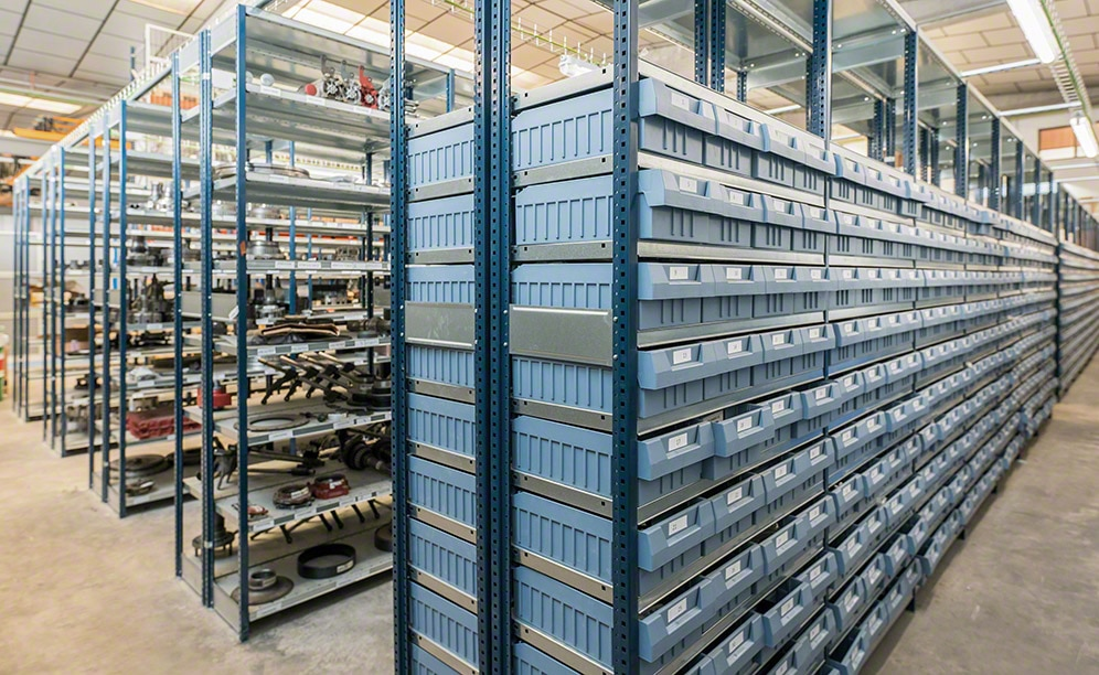 Shelving for picking in the spare parts warehouse for industrial vehicles