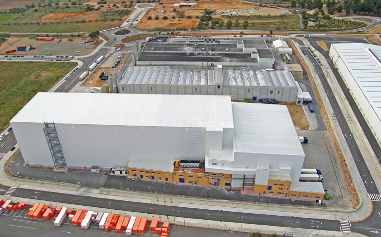 A central warehouse allocated to frozen dough production and distribution for the foods sector.