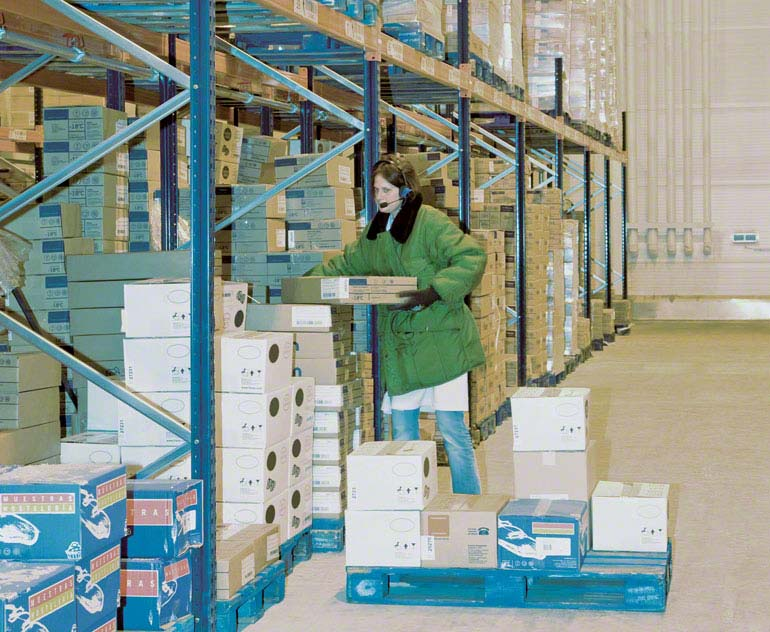 Pallet picking at ground level in a warehouse installation.