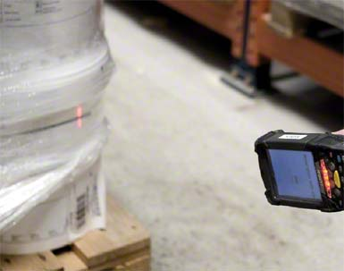 The RF scanner reads the coded information of the pallet.