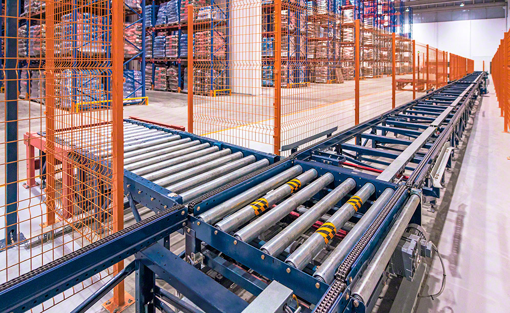 High throughput and automated goods handling with pallet conveyors