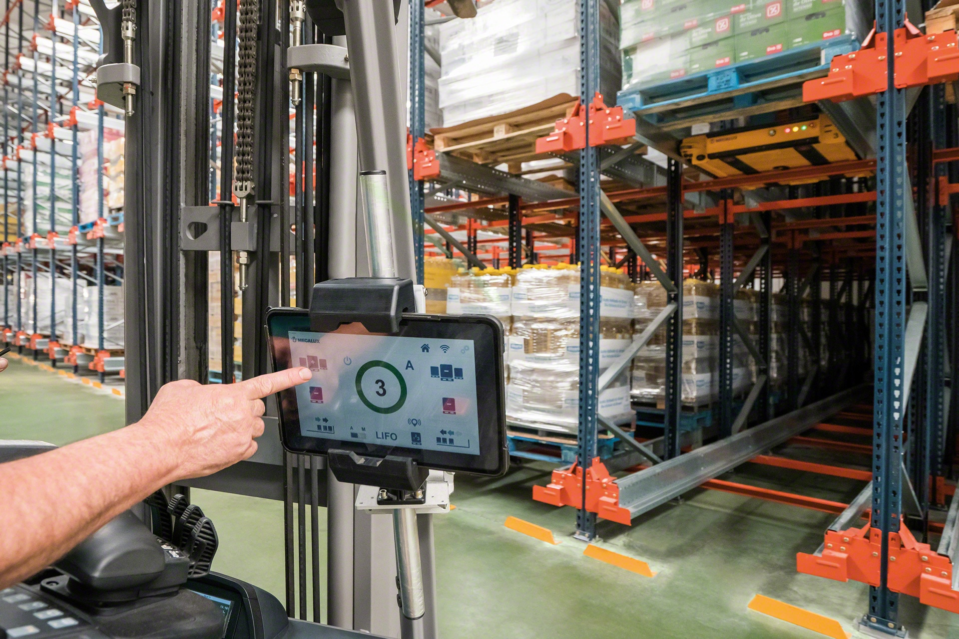 With the Mecalux EASY WMS system, one tablet can control up to 18 shuttles at a time