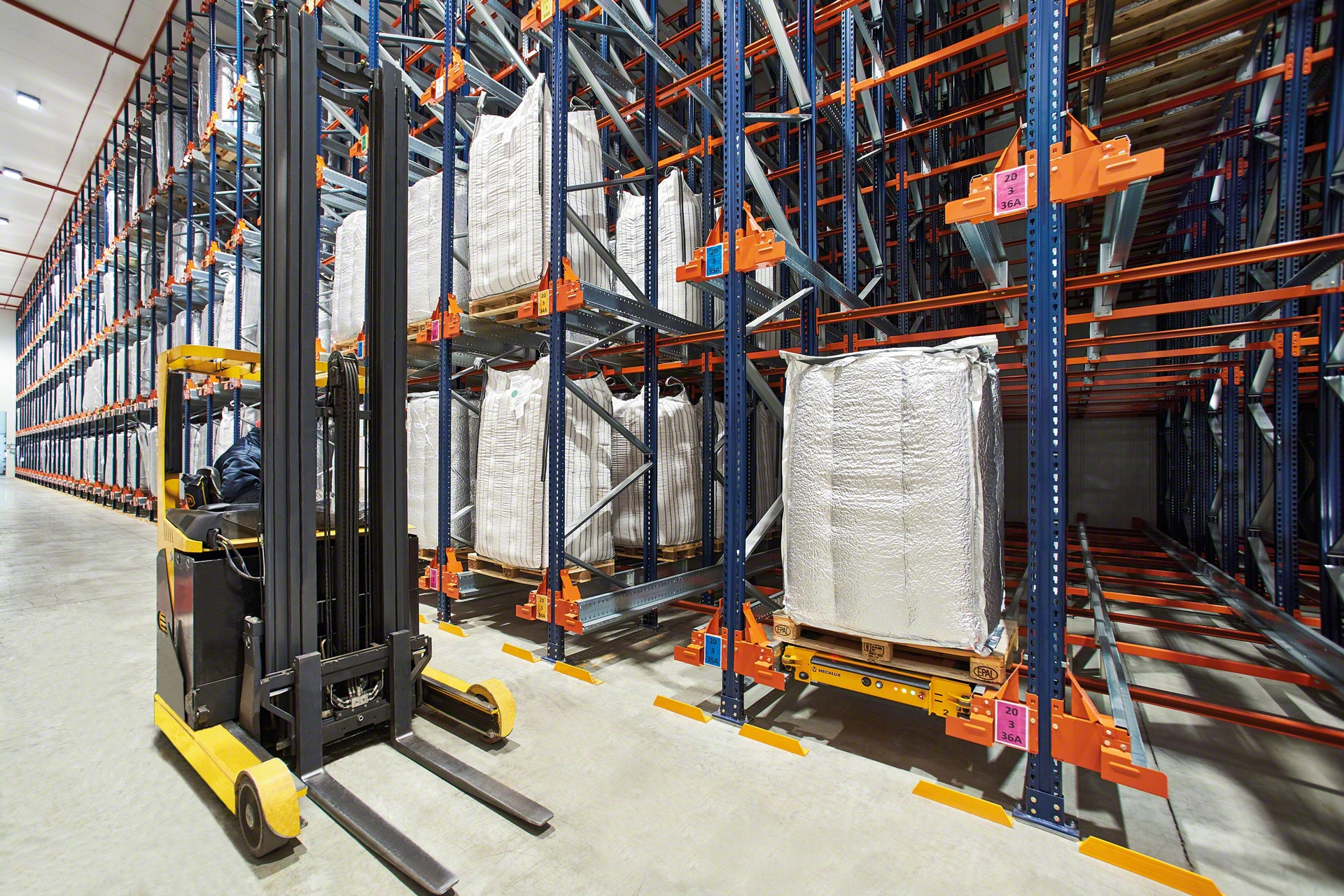 Forklift trucks can insert the electric shuttle into up to 40 meters deep racks