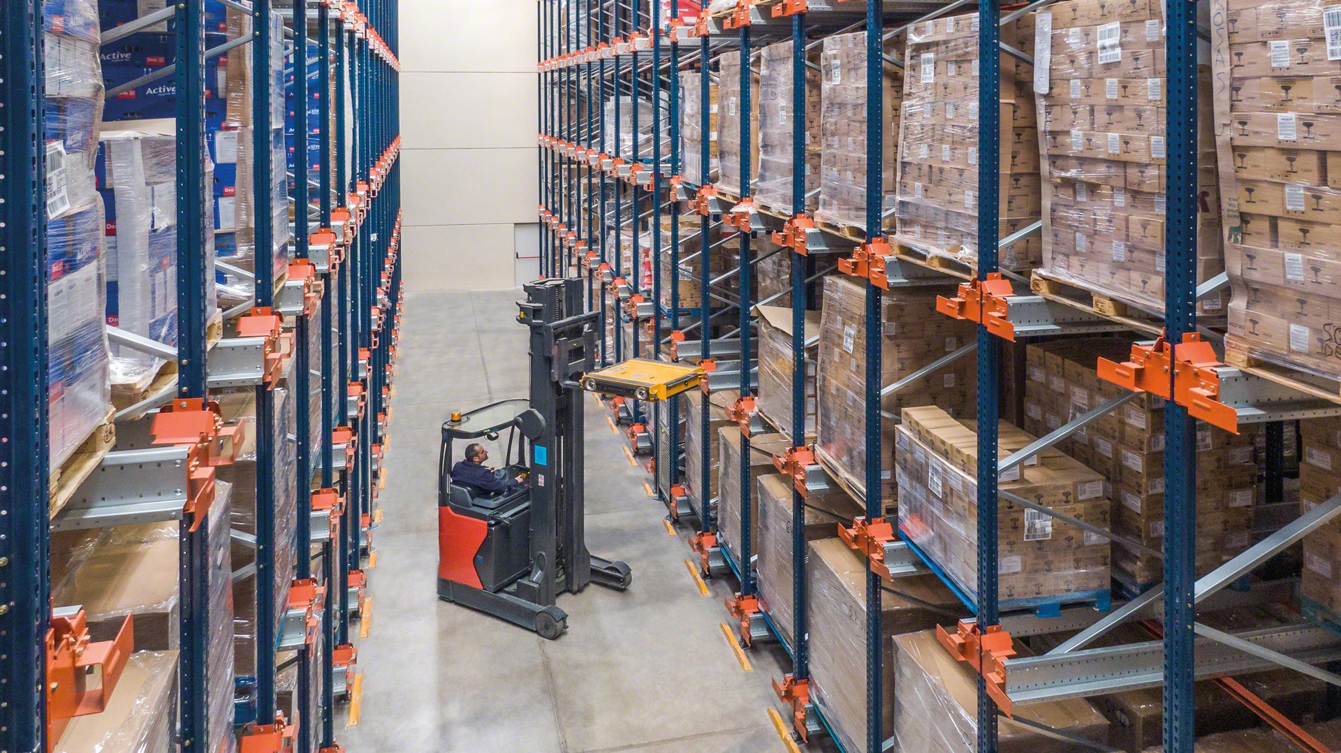 Forklift trucks place the shuttle in the storage channel to store or extract the goods in the high-density systems
