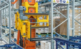 The stacker cranes have trilateral forks that can handle any type of pallet and deposit it just 10 cm from the ground