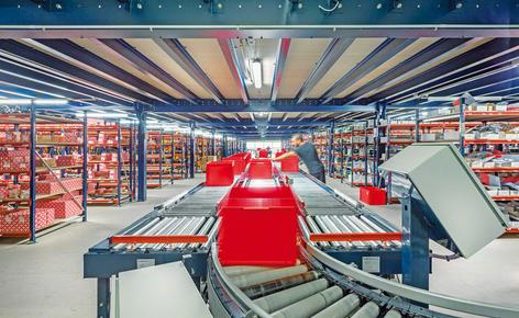 Conveyor belts as the axis of a picking installation distributed over several floors