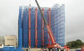 The structure is mounted on a resistant concrete slab that favours the insulation of the floor and the sides of the building