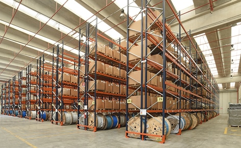 How is a distribution centre designed according to the capacity and safety requirements?